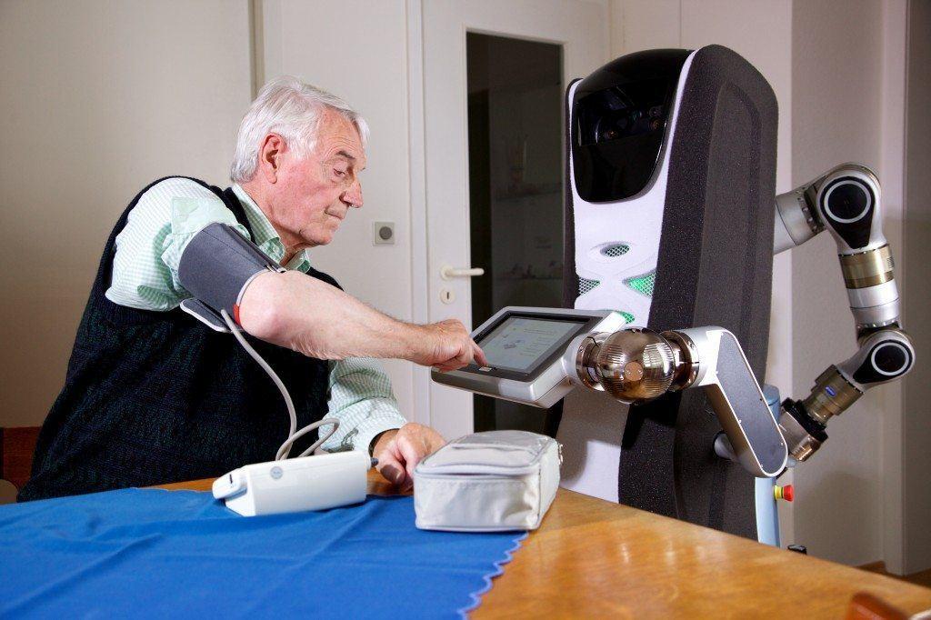 De Duitse Care-O-bot® ondersteunt ouderen die nog thuis wonen