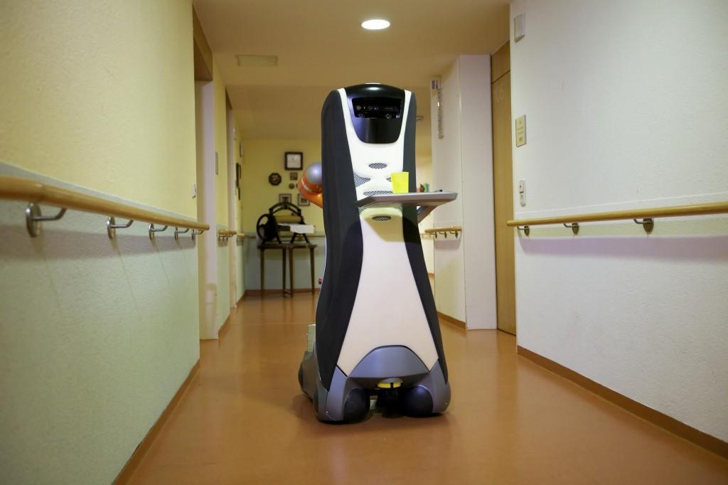 Care-O-bot® brengt eten rond in een verzorgingstehuis