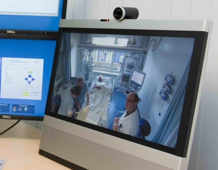De intensivist van het OLVG kijkt mee naar een patiënt op de IC in Lelystad
