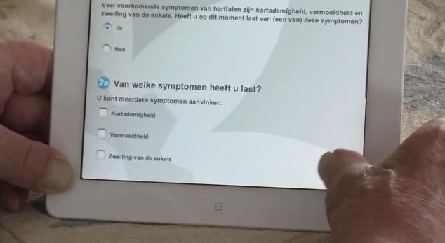 Een patiënt vult een vragenlijst in over zijn of haar gemoedstoestand