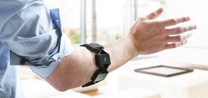 Met de Myo armband kunnen gebruikers allerhande beeldschermen op afstand besturen