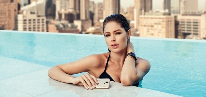 Doutzen met een Samsung activity tracker