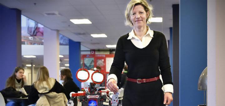 Jenny van Doorn en een robot (foto: Elmer Spaargaren, Rijksuniversiteit Groningen)